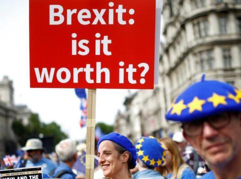 Una mujer porta una pancarta contra el Brexit [RE]