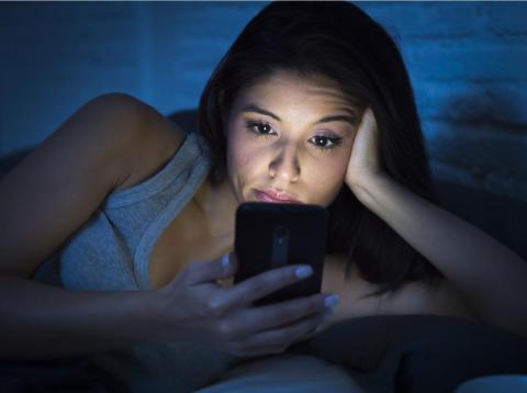 La luz azul de los smartphones acelera la ceguera volviendo tóxica una molécula presente en tus ojos [RE]