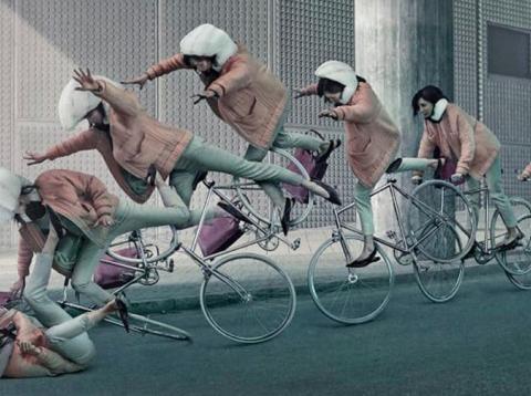 Chica teniendo un accidente en su bici [RE]