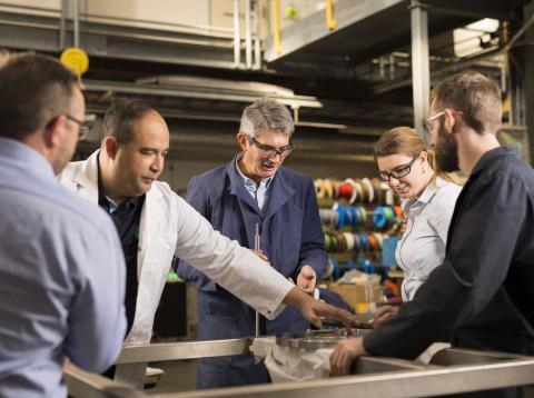 El equipo de CSIRO, trabajando en la tecnología de membrana que permite al hidrógeno ser transportado [RE]