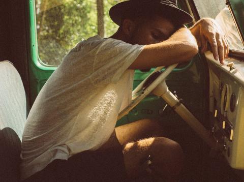 Hombre cansado en un coche