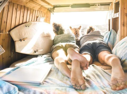 Jóvenes felices caravana