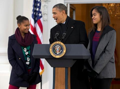 """El presidente Barack Obama, con sus hijas Sasha (izq.) y Malia, bromean durante los comentarios en el tradicional Día de Acción de Gracias acerca de salvar a un pavo de la mesa con un """"perdón presidencial"""", en la Casa Blanca un miércoles de noviembre."""