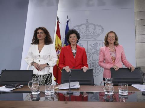 La ministra de Hacienda, María Jesús Montero (izquierda), la portavoz del Gobierno, Isabel Celaá (centro) y la ministra de Economía, Nadia Calviño (derecha).