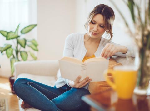 Mujer lee un libro en casa