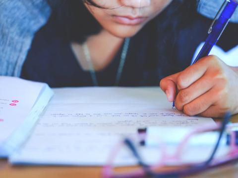 Persona zurda escribiendo