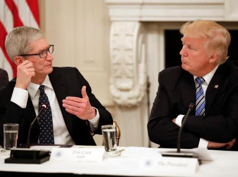 El CEO de Apple, Tim Cook, y el presidente de los Estados Unidos, Donald Trump.