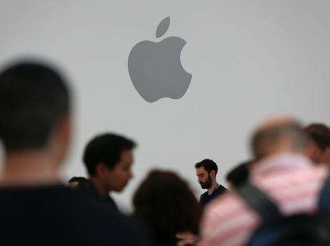 Detalle del logo de Apple durante la muestra de productos que tuvo lugar en su evento anual en Cupertino, California, el 12 de septiembre de 2018.
