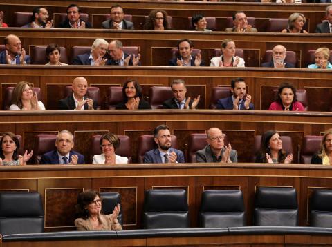 Los diputados socialistas aplauden en el Congreso una intervención de Pedro Sánchez