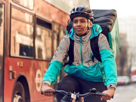 Mayo-Agosto de 2018: Deliveroo se enfoca en el bienestar de sus ciclistas, ofreciendo cobertura de accidentes, formación en primeros auxilios y seguros médicos completos [RE]