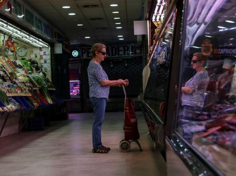 Una mujer hace sus compras en un mercado de Madrid