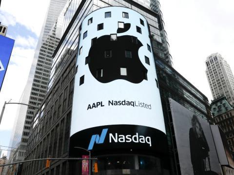 Una pantalla muestra el logo de Apple en el edificio del Nasdaq