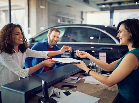 Una pareja comprando un coche.