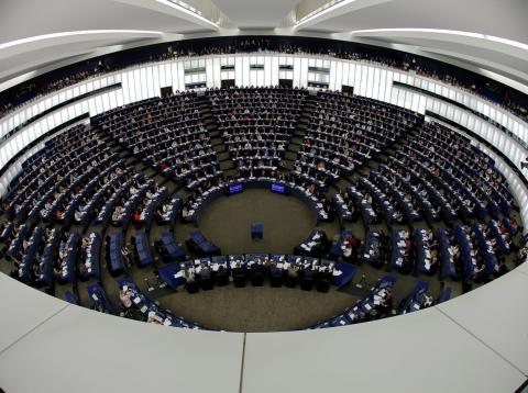 Los parlamentarios europeos votan en una sesión de la Eurocámara en Estrasburgo