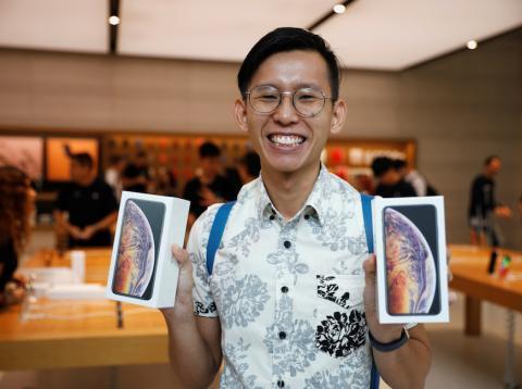 Uno de los primeros clientes en comprar el iPhone XS en la Apple Store de Singapur