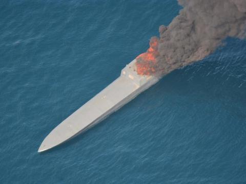 Un supuesto buque de contrabando que se incendió cuando los equipos de la Guardia Costera y la Armada de los EE. UU. se aproximaban en el Pacífico oriental [RE]