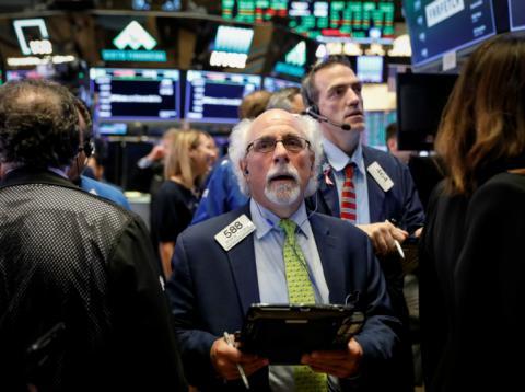 Trader atento a las pantallas de Wall Street