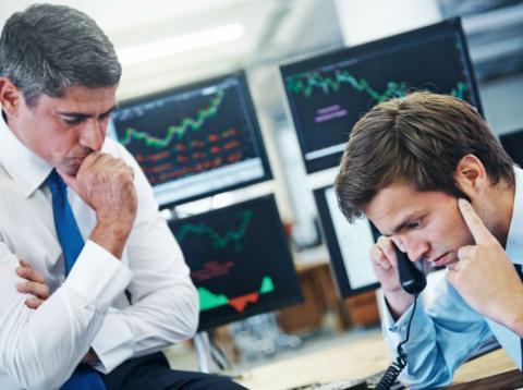 Traders de mercados ante una situación problemática