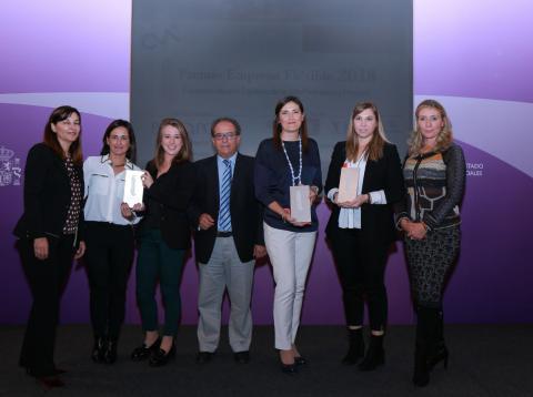 El Director General de Servicios para la Familia y la Infancia del Ministerio de Sanidad, Consumo y Bienestar Social, Ángel Parreño Lizcano, con los representantes de as empresas ganadoras del Premio Empresa Flexible, 2018.