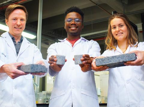 El investigador Dyllon Randall (izq.) y dos de sus estudiantes, Vukheta Mukhari y Suzanne Lambert.