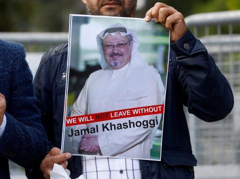 Un manifestante muestra una foto del periodista saudí Jamal Khashoggi frente al consulado de Arabia Saudí en Estambul el 5 de octubre de 2018.