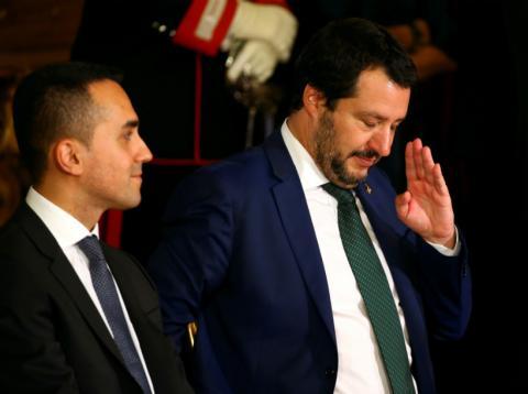 El ministro del Interior Matteo Salvini gesticula junto al ministro de Trabajo e Industria de Italia, Luigi Di Maio, en el palacio Quirinal en Roma