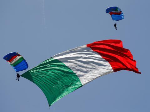 Paracaidistas con la bandera de Italia