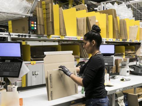 Una trabajadora de Amazon procesa envíos en la planta de la compañía en Prat de Llobregat (Barcelona)