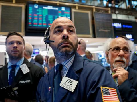 Traders preocupados en el parqué de la bolsa de Wall Street