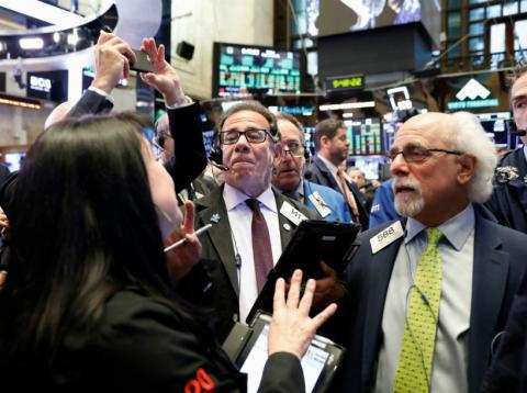 Traders realizando operaciones en Wall Street