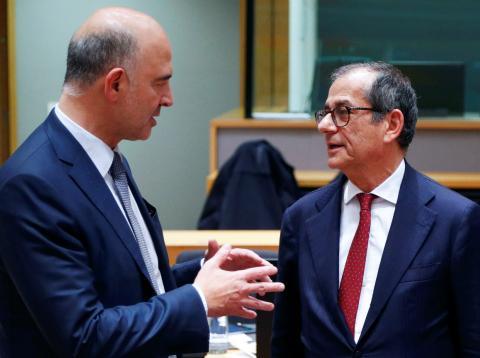 El comisario económico europeo, Pierre Moscovici, conversa en Bruselas con el ministro italiano de Economía, Giovanni Tria