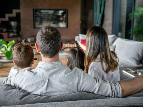 Una familia viendo la televisión.