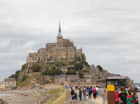 No hice ninguna foto de la multitud de gente (¿quién querría recordar eso?), pero esta foto muestra la belleza del Monte Saint-Michel y la cantidad de turistas acercándose.