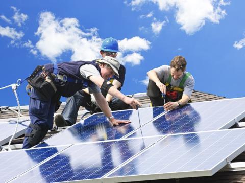 operarios paneles solares