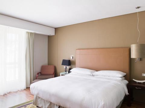 Una habitación del Hilton en Ciudad del Cabo, Sudáfrica, no parece estar muy lejos de lo que es una habitación del Hilton en Nueva York.