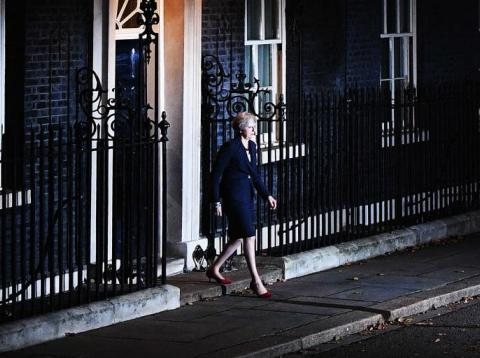 Theresa May saliendo de Downing Street.