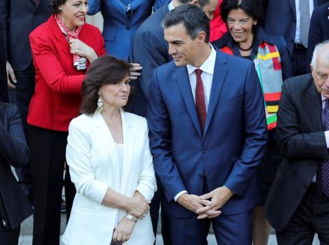 La vicepresidenta del Gobierno, Carmen Calvo, junto al presidente Pedro Sánchez el 5 de octubre de 2018.