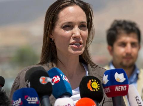 Angelina Jolie da una conferencia de prensa en el campo de refugiados sirios de Domiz.