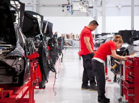 Trabajadores en la planta automotriz de Tesla en Fremont, California.
