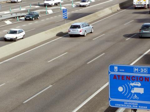 Cartel informativo sobre un control de radar en la M-30, en Madrid