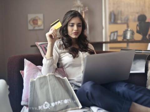 Chica comprando online
