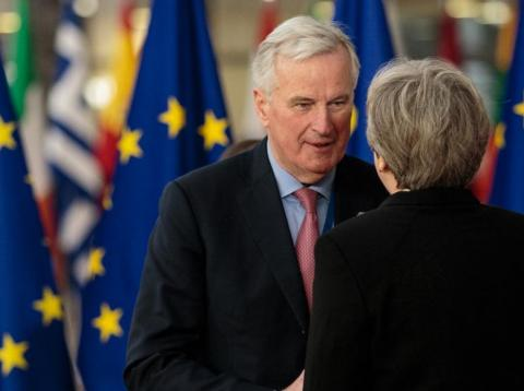 El jefe negociador de la UE para el Brexit, junto a Theresa May. [RE]