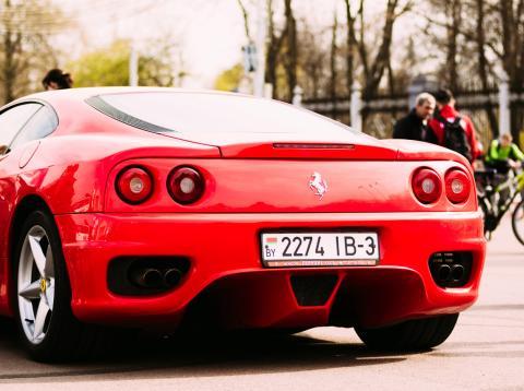 Un Ferrari en la calle