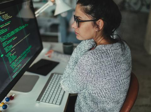 Una informática revisa algoritmos en su ordenador de trabajo