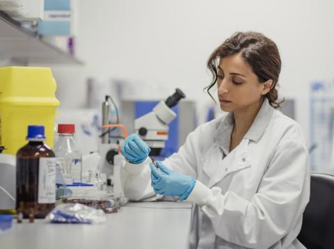 Una mujer científico investiga en su laboratorio