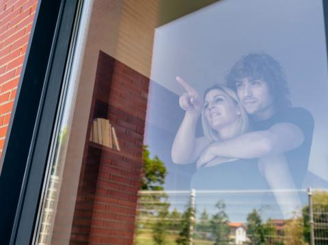Jóvenes mirando una casa para comprar