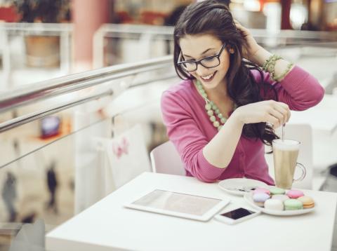 Una mujer consulta su app de banca móvil en un Ipad.