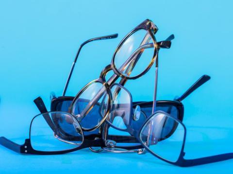 Mito: Las gafas especiales pueden proteger tus ojos de los efectos dañinos de la luz azul. [RE]