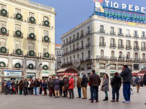 Personas hacen cola para comprar Lotería de Navidad en Doña Manolita.