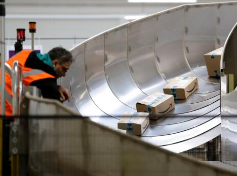 Paquetes de Amazon en un centro logístico.
